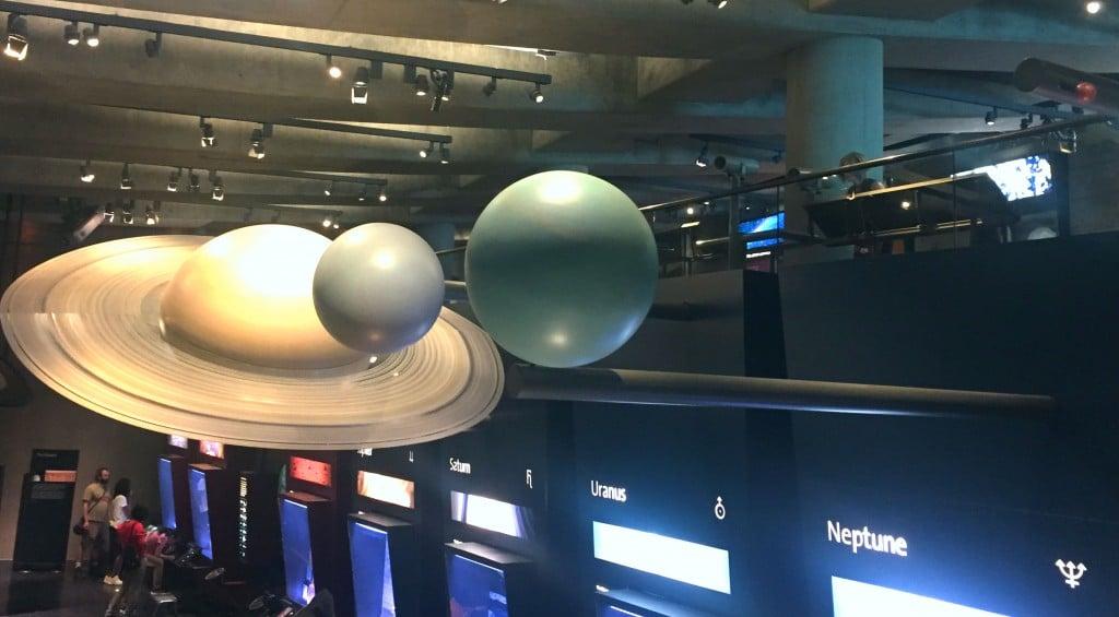 Aqui da para ver os em escala Saturno, Urano, Netuno e Plutão! Não parece, mas Plutão está na foto mesmo, é aquela bolinha laranja no canto direito da foto.