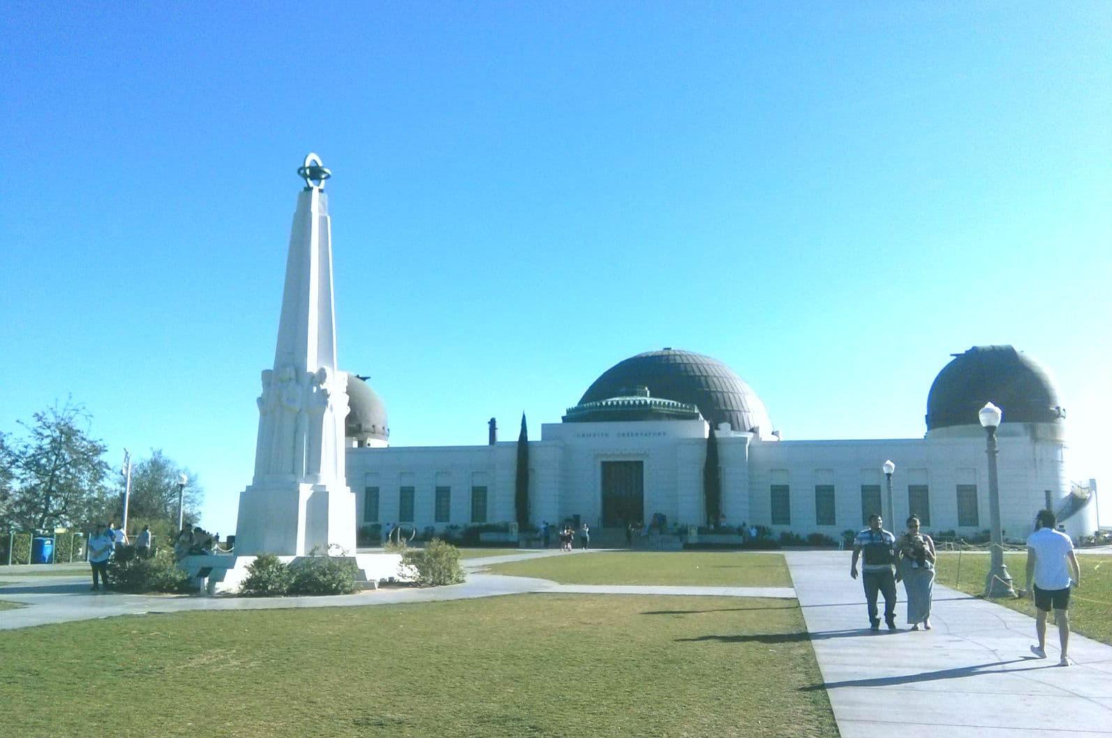O Griffith Observatory visto de frente. Tem gente aproveitando o sol e passando tempo por lá até mesmo quando o observatório está fechado.