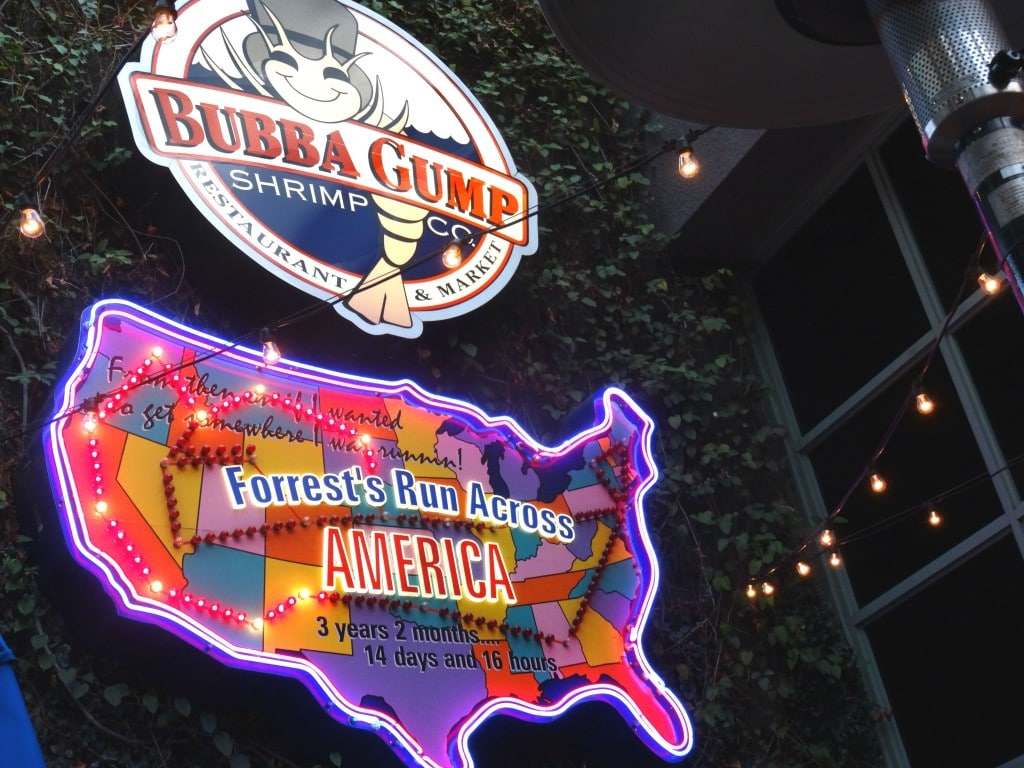 Restaurante Bubba Gump Shrimp Co. no Citywalk. Especializado em camarão e frutos do mar.