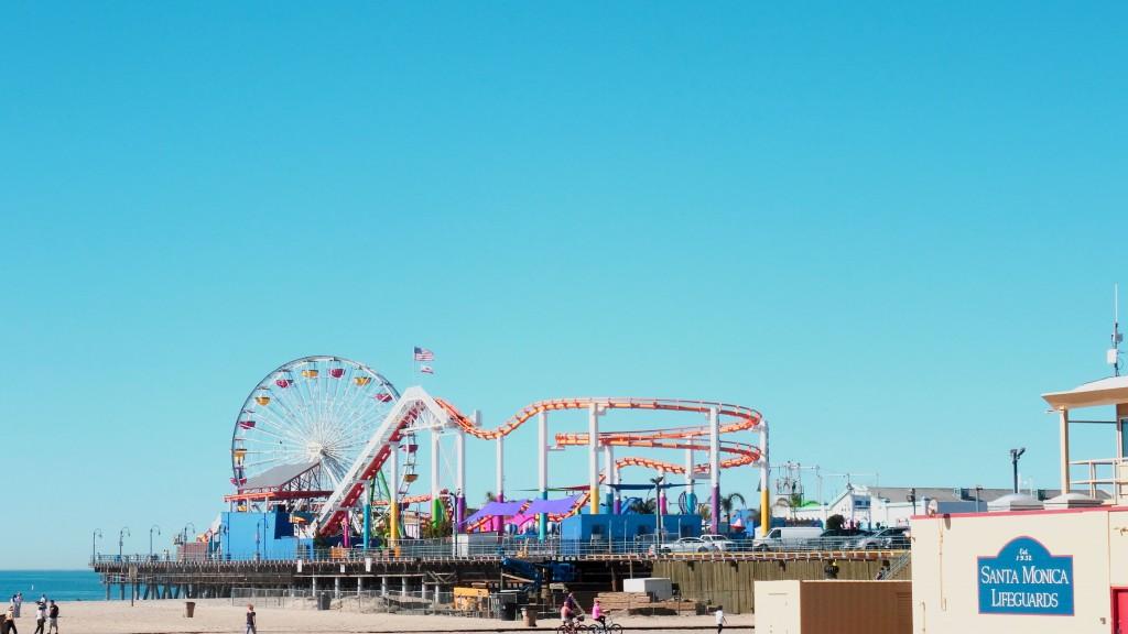 Santa Monica Pier visto da praia.