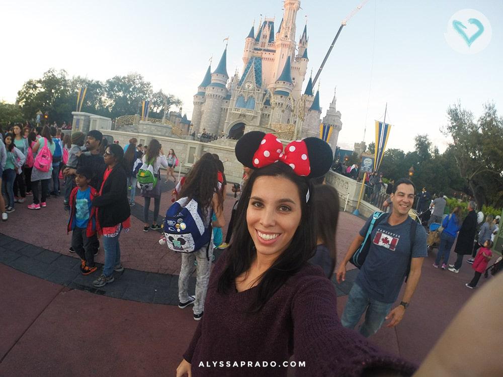 Tirar foto na frente do Castelo da Cinderella é uma parada obrigatória quando se visita a Disney. Clique no link e conheça 10 coisas que você PRECISA fazer na sua primeira viagem a Orlando!