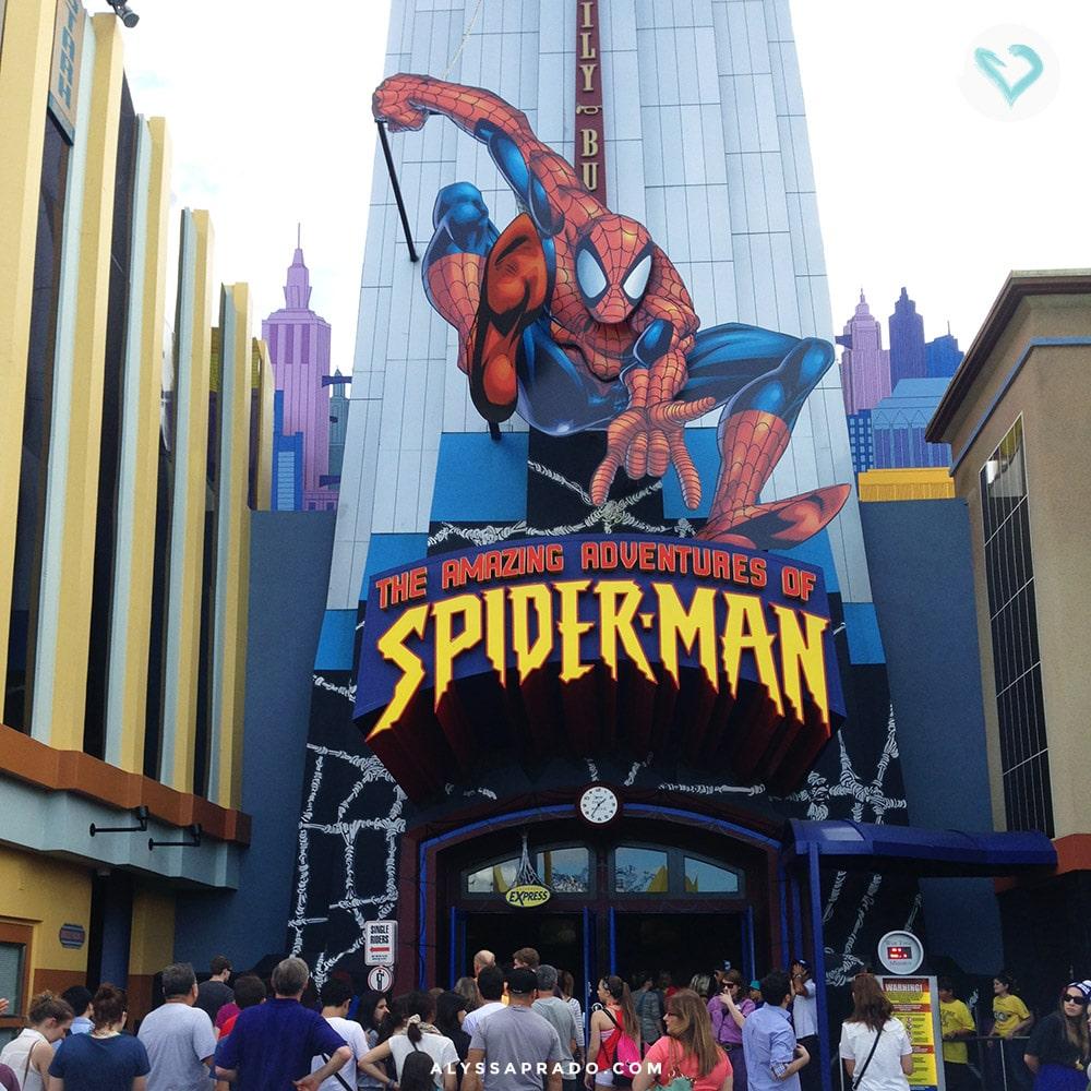 O simulador do Homem-Aranha é um dos mais antigos e famosos da Universal! Não deixe a fila te assustar, porque vale muito a pena! Clique no link e descubra 10 coisas que você PRECISA fazer na sua primeira viagem a Orlando!