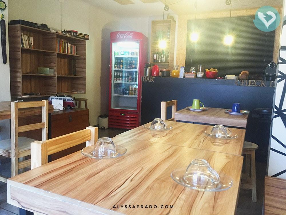 Procurando hospedagem barata em Curitiba com café da manhã? Então você precisa conhecer o Social Hostel Café & Bar! Clique no link e leia a resenha completa.