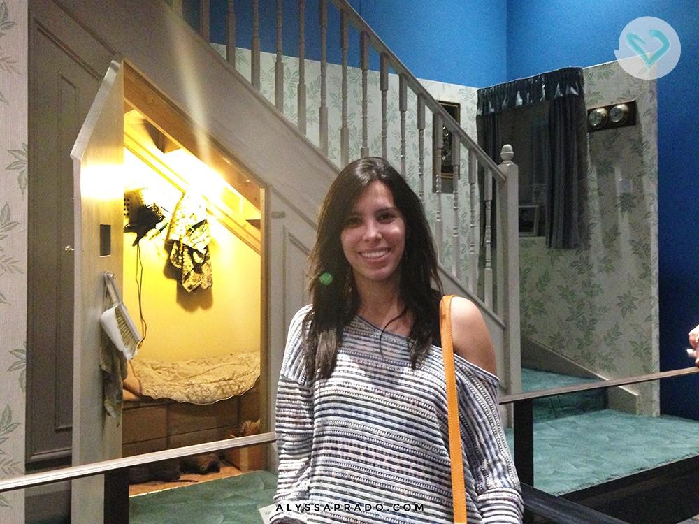 Sabia que você pode ver o verdadeiro Armário sob a Escada, onde foram gravadas as cenas da Pedra Filosofal? Clica no link e descubra como visitar os Estúdios do Harry Potter em Londres!