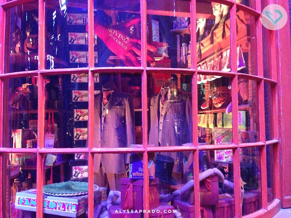 Que tal visitar a loja mais divertida de todos os tempos? Nos estúdios do Harry Potter em Londres, você consegue dar uma passada pela Gemialidades Weasley no Beco Diagonal! Clique no link e veja como fazer uma visita!