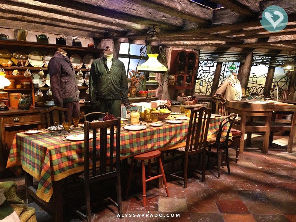 Vai um café da manhã preparado pela Sra. Weasley? Nos estúdios do Harry Potter em Londres você pode conhecer esse cenário e muitos outros! Clique no link para saber como visitar!