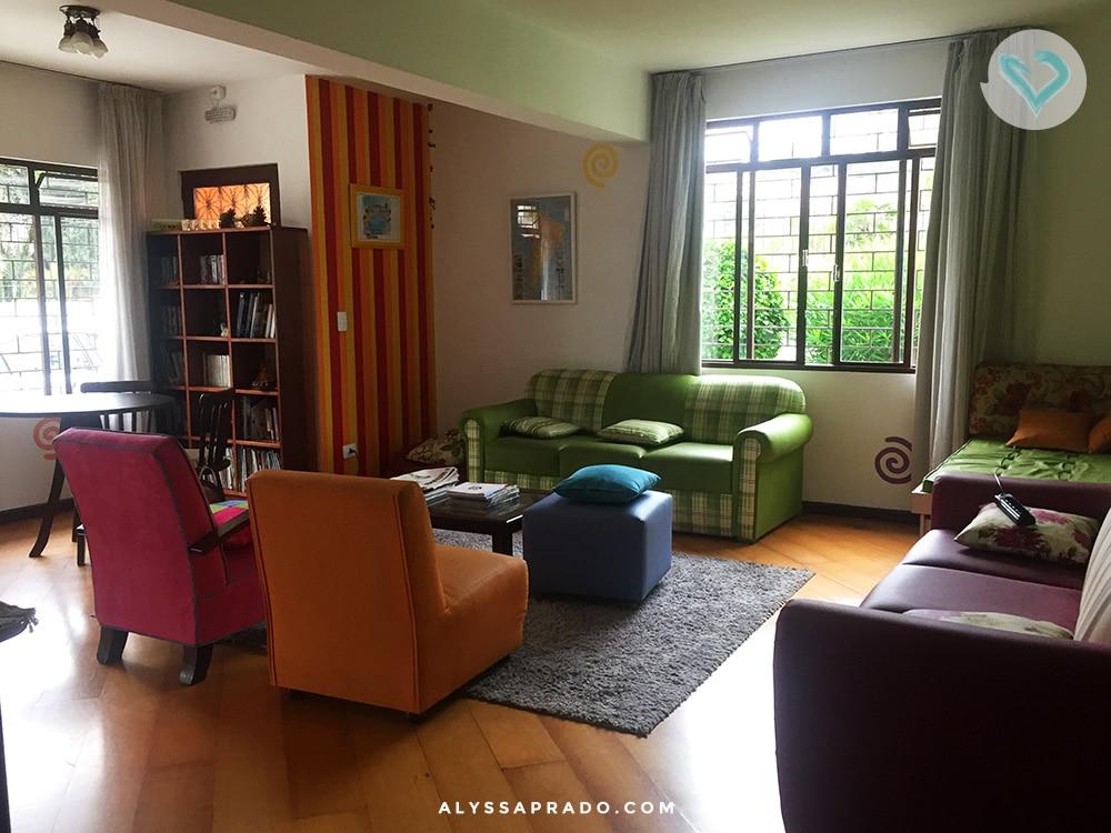 Olha que ambiente agradável para se enturmar com o pessoal do hostel! Clique no link e leia a resenha completa do Curitiba Casa Hostel!
