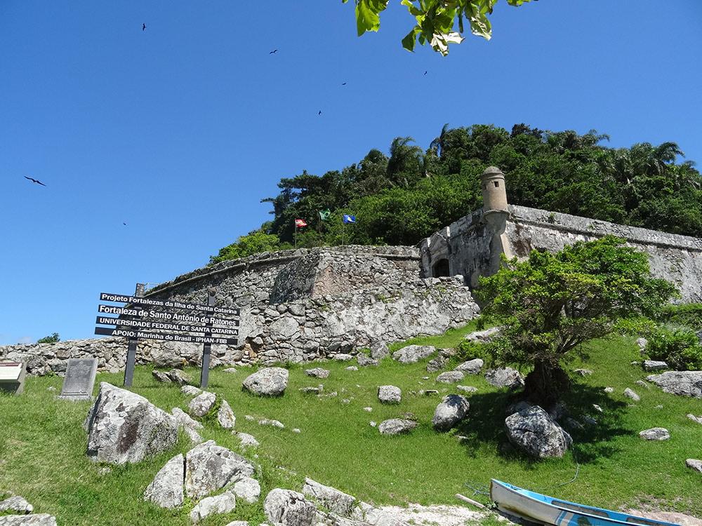 A Fortaleza de Santo Antônio de Ratones é um das partes mais legais do passeio de escuna em Florianópolis! Clique no link para ver mais fotos e ler mais sobre!