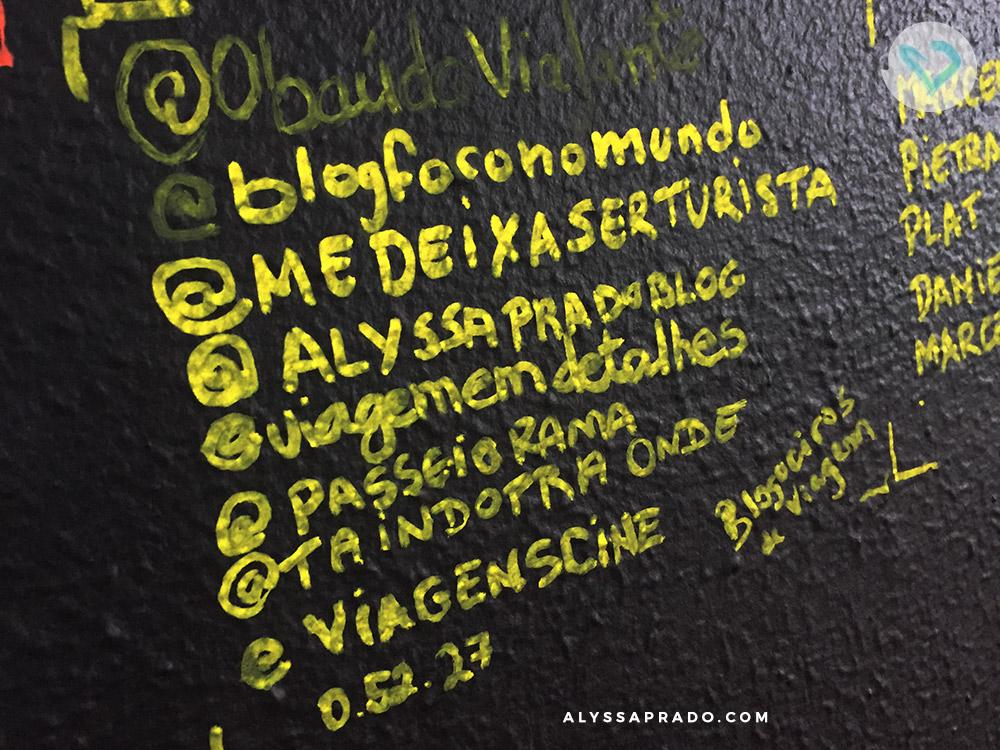 Nossas assinaturas na parede depois de escapar do Puzzle Room Brasil! Clique no link e conheça tudo sobre as salas de escape.