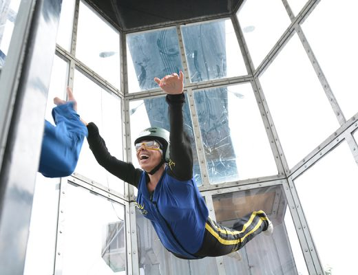 Voando no wind up túnel de vento - simulador de paraquedismo indoor em São Paulo