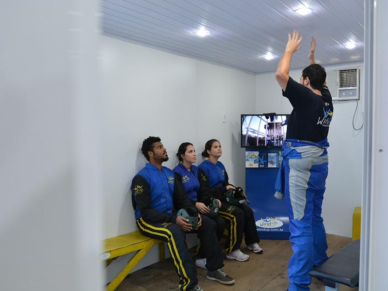 Aula com o instrutor ensinando a posição correta para voar no Wind up túnel de vento! Clique no link e leia tudo sobre o simulador de paraquedismo indoor de São Paulo!
