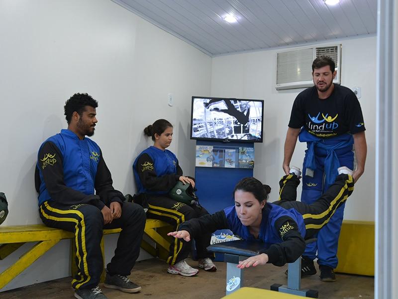 Acertando a posição para voo no Wind up túnel de vento! Clique no link e veja como é a sensação de voar no simulador de paraquedismo indoor de São Paulo!