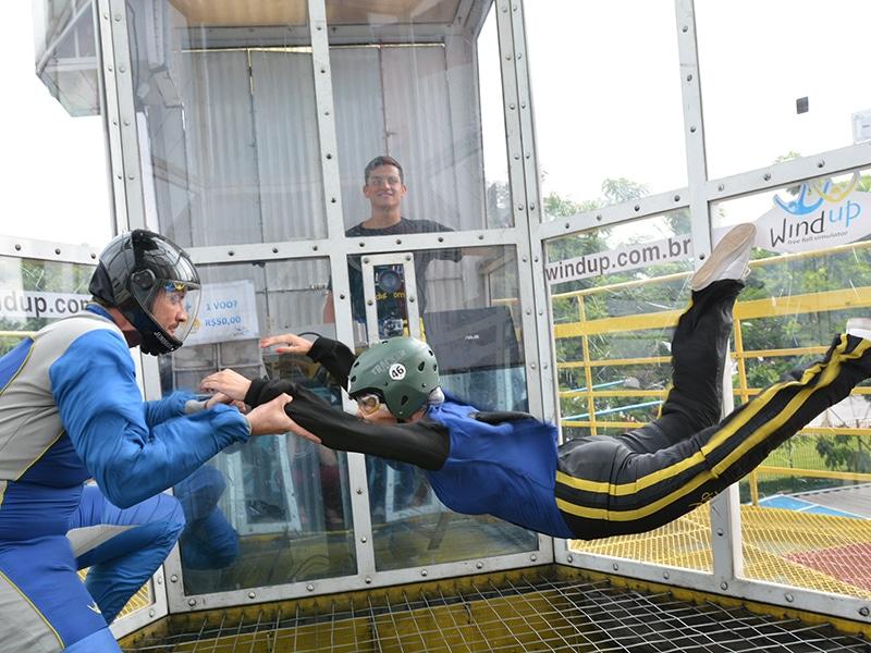 Meu primeiro voo no simulador de paraquedismo indoor de São Paulo. Vem ler tudo sobre a minha experiência no wind up túnel de vento, é só clicar no link!