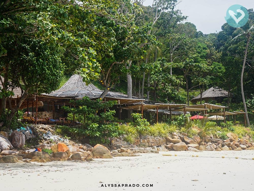 E esse restaurante na beira da praia? Faz parte do Sunrise Phi Phi Tour, que leva os passageiros para conhecer a famosa Maya Bay! Descubra tudo sobre esse tour clicando no link!