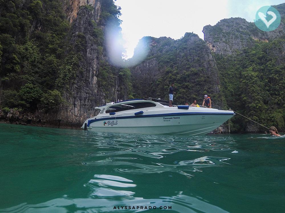 Já pensou usar um speedboat para conhecer Maya Bay, um dos pontos turísticos mais famosos da Tailândia? Essa é a proposta do Sunrise Phi Phi Tour! Leia tudo sobre esse passeio incrível clicando no link!
