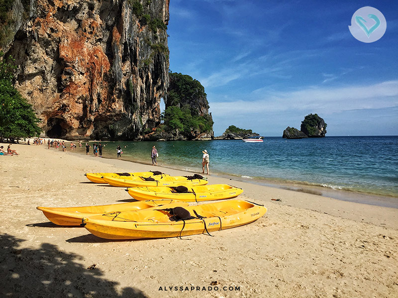 Imagina chegar na praia e precisar levar suas malas de rodinha pelo mar? Esse foi um problema que eu tive em Railay Beach, e um dos erros que eu cometi na minha viagem para a Tailândia! Veja os outros nesse post!