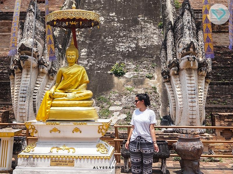 Um dos 7 erros que eu cometi na minha primeira viagem a Tailândia foi não levar roupas para os templos. Acabei comprando uma das famosas calças com estampas de elefantinhos. Veja mais erros nesse post!