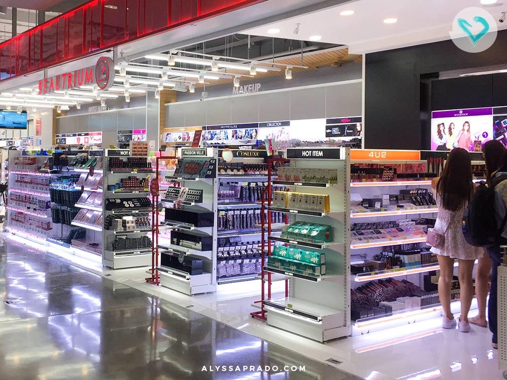 A Beautrium é uma loja gigantesca, com uma ótima seleção de produtos! Descubra onde comprar maquiagem em Bangkok nesse post!