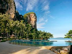 Esse é o Rayavadee, hotel de luxo em Railay Beach. Para descobrir onde se hospedar na Tailândia, acesse esse post!