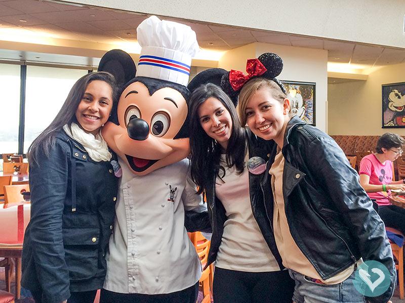 O Mickey com roupinha de chefe você só encontra no Chef Mickey's, fora dos parques! Veja onde e o que comer na Disney nesse post!