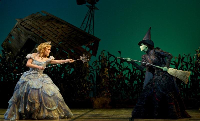 Leia mais sobre o musical Wicked na Broadway, campeão de bilheteria e sucesso há 15 anos!