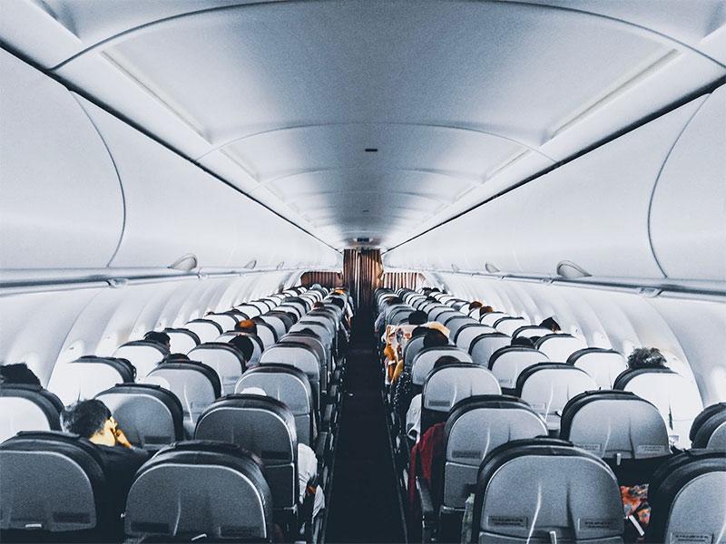 Vai viajar de avião pela primeira vez? Então veja TODAS as dicas nesse guia super completo! Como fazer check-in, que horas chegar no aeroporto, o que fazer durante o voo, despacho de bagagem e muito mais!