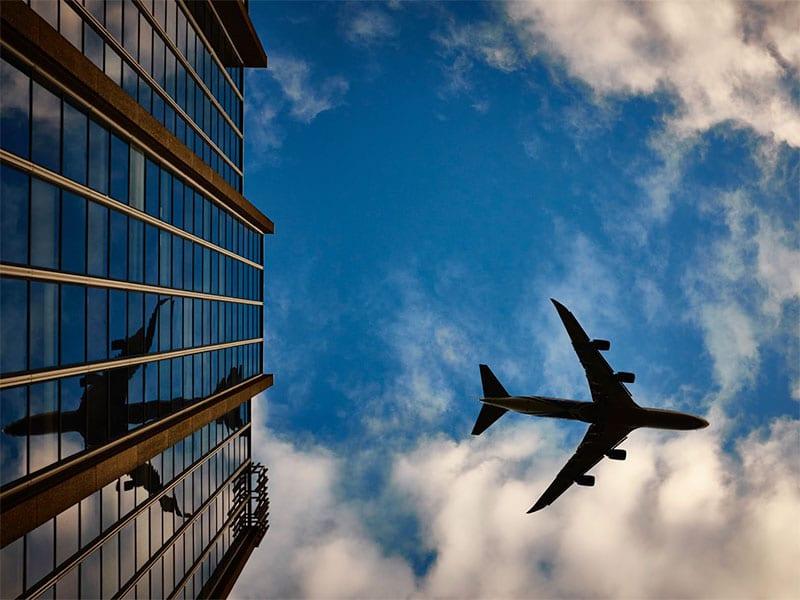 Se preparando para viajar de avião pela primeira vez? Então confira esse guia completo com tudo o que você precisa saber! Dicas para fazer check-in, controle de passaporte, como despachar a mala, franquia de bagagem e muito mais!
