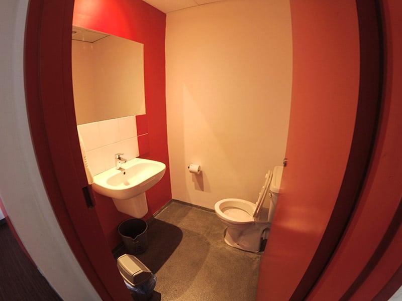 Banheiro dentro do quarto feminino do 91 Loop Hostel. Clique no link e leia review completa dessa hospedagem barata em Cape Town!