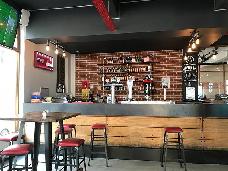Balcão do restaurante do 91 Loop Hostel, a melhor hospedagem barata na Cidade do cabo! Clique no post para ler mais.