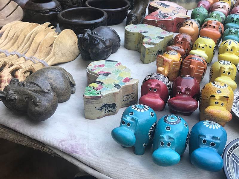 Alguns dos itens vendidos na feira de artesanato, parte do Roteiro pela Cidade do Cabo! Veja o que fazer em um dos lugares mais bonitos da África do Sul nesse post!