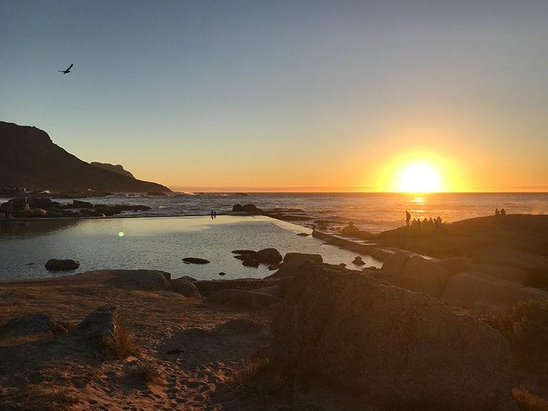 Camps Bay, uma das praias mais bonitas da cidade do cabo! Veja um roteiro de 15 dias pela África do Sul nesse post!