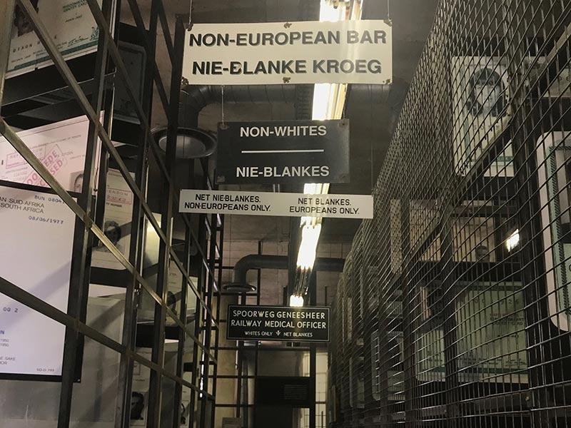 O Museu do Apartheid é parada obrigatória para quem vai a Johanesburgo! Veja um roteiro de 15 dias pela África do Sul nesse post e comece a planejar sua viagem!
