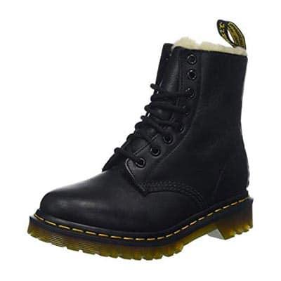 Um sapato impermeável é obrigatório na sua viagem de inverno! Descubra o que levar na sua mala para o frio nesse post!