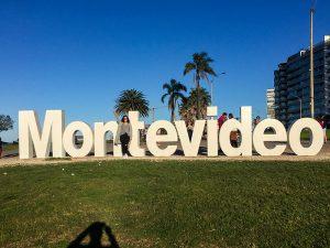 O letreiro de Montevideo é uma parada obrigatória na capital uruguaia! Descubra o que fazer em Montevideo e um roteiro de 3 dias pela cidade nesse post!