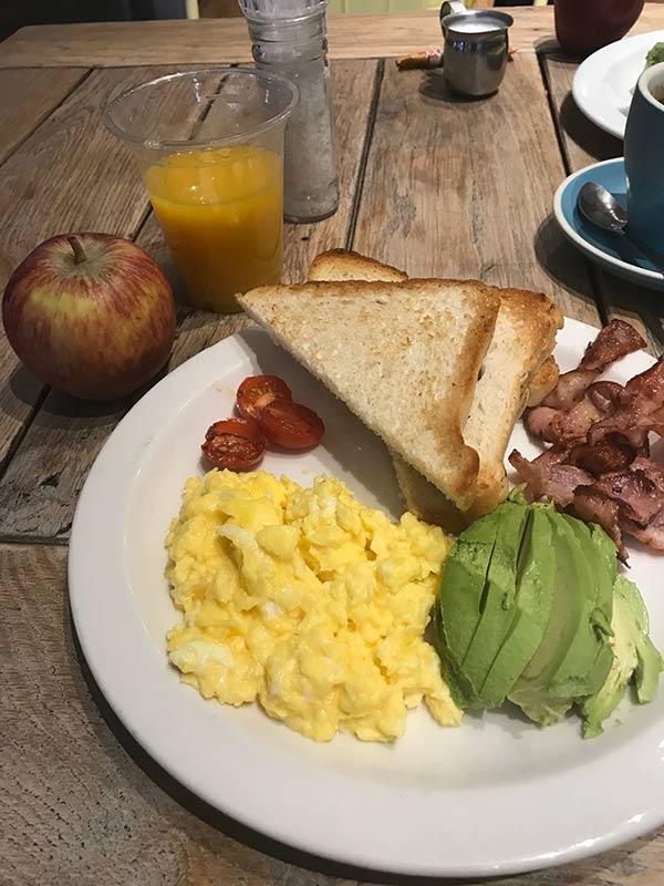 Café da manhã do Once in Joburg, um dos melhores hostels onde se hospedar em Joanesburgo! Leia review completa nesse post!