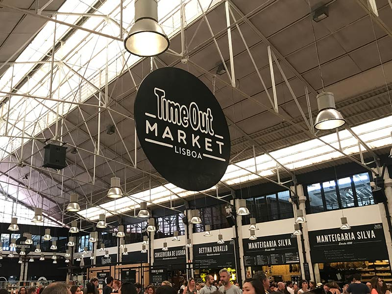 O Time Out Market (Mercado da Ribeira) é uma atração imperdível na cidade! Descubra o que mais fazer em Lisboa nesse post!