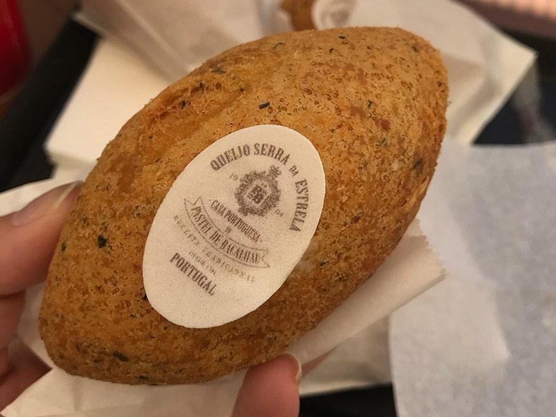 Em Lisboa, não deixe de experimentar o famoso Pastel de Bacalhau com queijo! Descubra o que fazer em Lisboa nesse post!