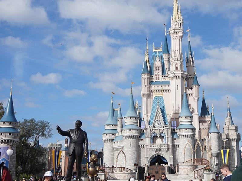 Será que vale a pena comprar pacotes de viagem para Disney ou é mais barato planejar tudo por conta própria? Descubra nesse post!