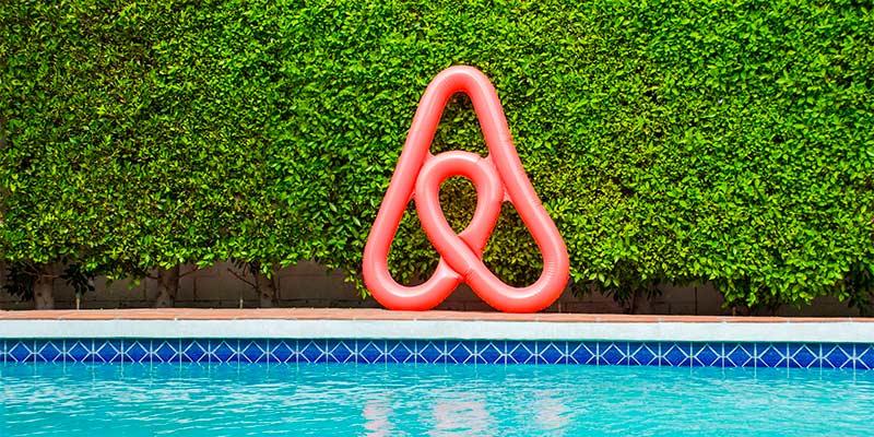 Com o Airbnb você reserva apartamentos completos muito mais baratos que quartos de hotéis! Descubra mais sobre esse e outros sites para economizar na sua viagem nesse post!