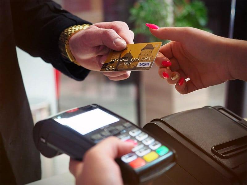 Aprenda a usar o seu cartão de crédito em viagens e descubra como funcionam as taxas e o câmbio desse meio de pagamento!