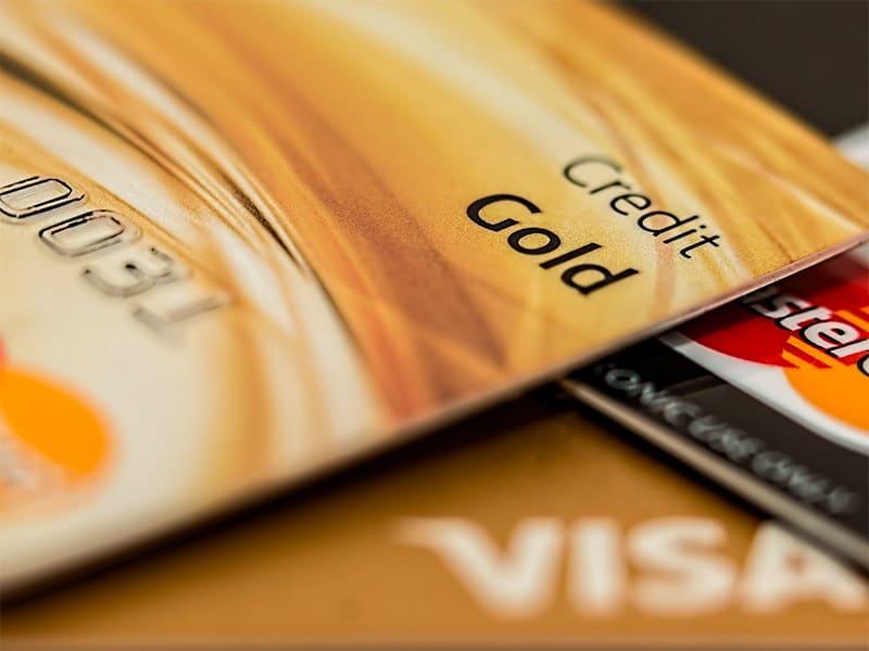 Aprenda como usar o cartão de crédito em viagens e descubra se esse é um bom método de pagamento! Como usar, taxas, câmbio, vantagens e mais!